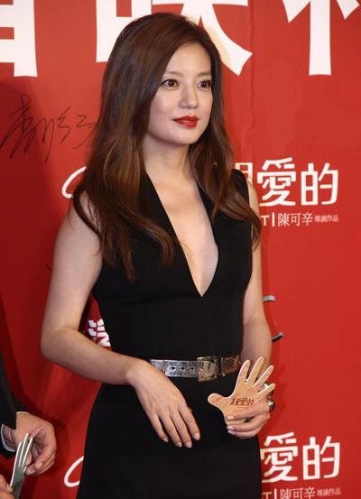 Nữ diễn viên diện đầm cổ chữ V tham dự một lễ ra mắt phim.
