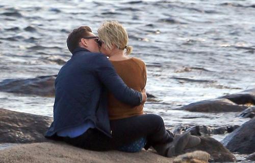 Taylor Swift ôm ấp, hôn Tom Hiddleston trên biển