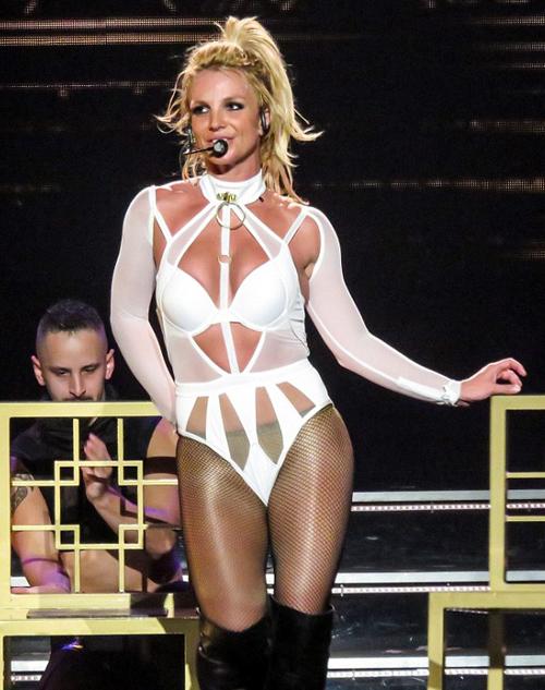Britney Spears diện loạt đồ gợi cảm trên sân khấu