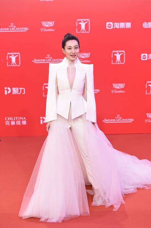 Hoa hậu gốc Hoa phô vòng một trên thảm đỏ liên hoan phim