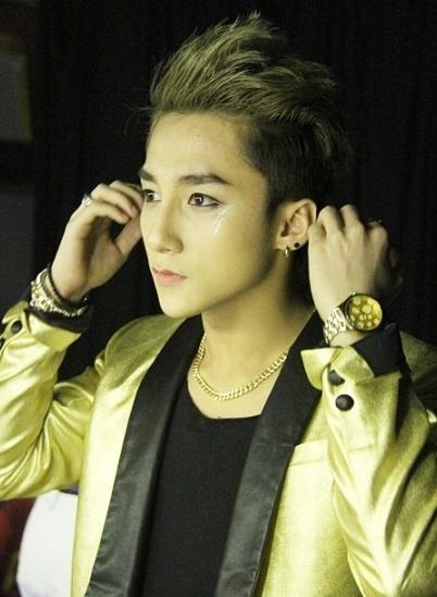 Biểu tượng sấm sét được kẻ vẽ ở dưới đuôi mắt tạo điểm nhấn ấn tượng cho gương mặt. Tuy nhiên, anh bị nhiều khán giả chỉ trích là đạo nhái ý tưởng trang điểm của nam ca sĩ Hàn Jaejoong (JYJ) với cách làm đẹp này