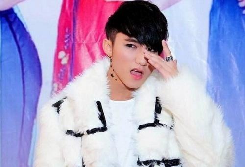 Ở một lần xuất hiện khác, Sơn Tùng bị cho là học theo ca sĩ G-Dragon khi trang điểm đậm và mặc áo choàng lông lên sân khấu.