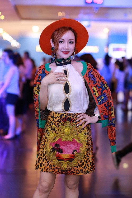 Phương Mai diện vest cách điệu vòng một đi xem phim