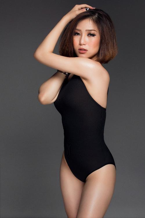 Hương Tràm khoe đường cong với áo tắm