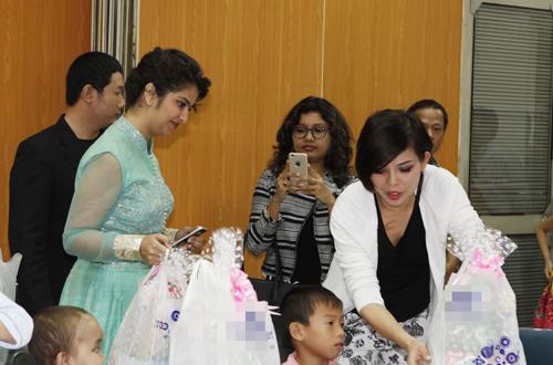 Avika Gor đã tặng quà và giao lưu với các bé
