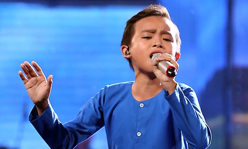 Cậu bé nghèo hụt hơi vẫn hát đầy cảm xúc bài 'Sa mưa giông'