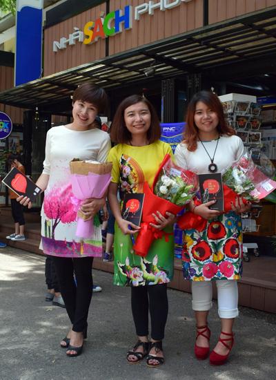 Từ trái qua: tác giả Hòa Bình, Nguyễn Thị Bích Ngọc và tác giả Cỏ ra mắt tự truyện