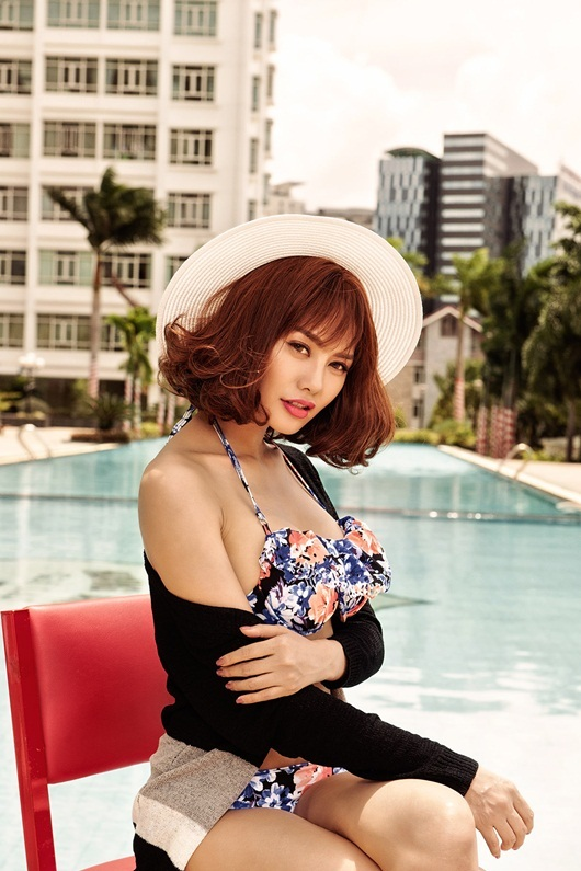 Linh Chi khoe ba vòng ở bể bơi