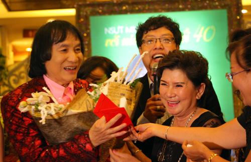 vo-nghe-si-minh-vuong-an-can-cham-soc-chong-tai-dem-tiec-11