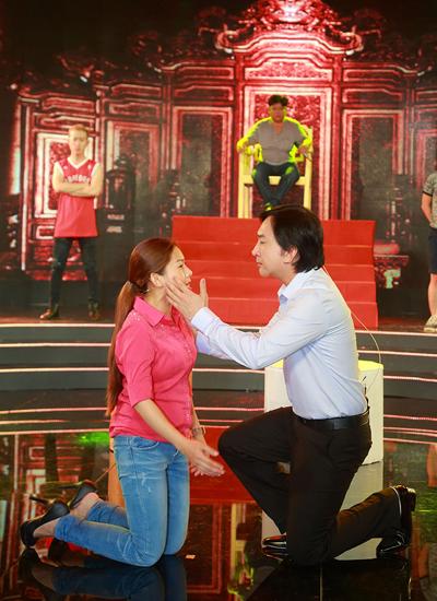 Kim Tử Long (phải) trên sàn tập cùng con gái nuôi Bình Tinh để chuẩn bị cho thử thách ở tập 5 của cuộc thi.