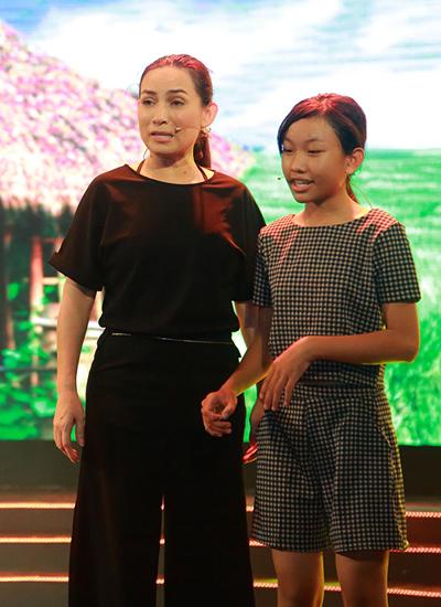 Phi Nhung (trái) dành thời gian cho con gái nuôi Thiêng Ngân