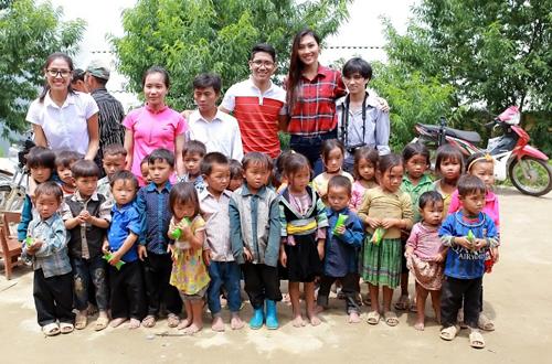 dieu-ngoc-cung-nguyen-thi-loan-don-truong-hoc-cho-tre-vung-cao-6