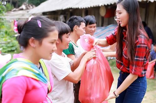 dieu-ngoc-cung-nguyen-thi-loan-don-truong-hoc-cho-tre-vung-cao-5
