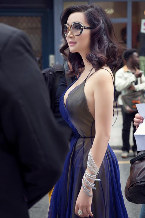 Giáng My diện váy xẻ ngực dự Tuần thời trang Paris