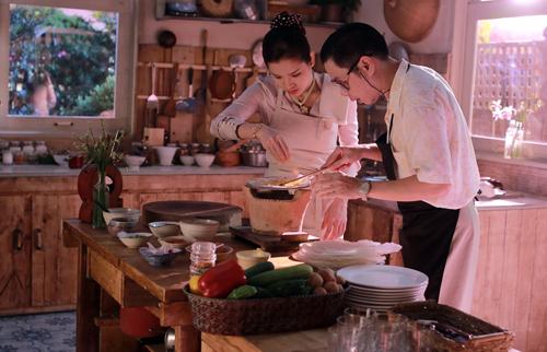 Thái Hòa làm bánh tráng nướng để 'tán tỉnh' người đẹp