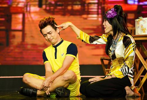 Dương Thanh Vàng (phải) giả gái đóng vai bà mẹ xấu xí.