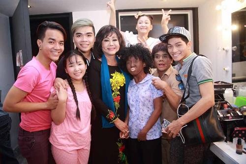 Kiều Phượng Loan cùng Bình Tinh và các bạn diễn trẻ ở hậu trường cuộc thi.