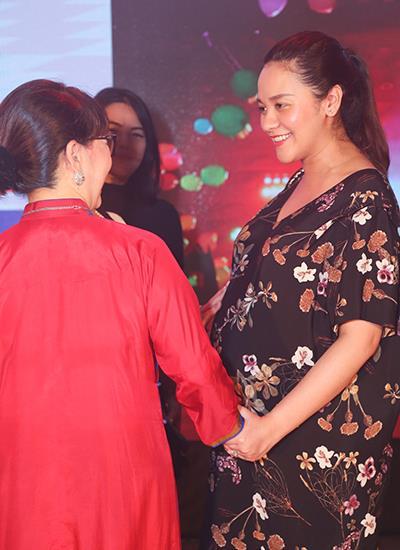 Thanh Bùi khoe vợ mang bầu song thai
