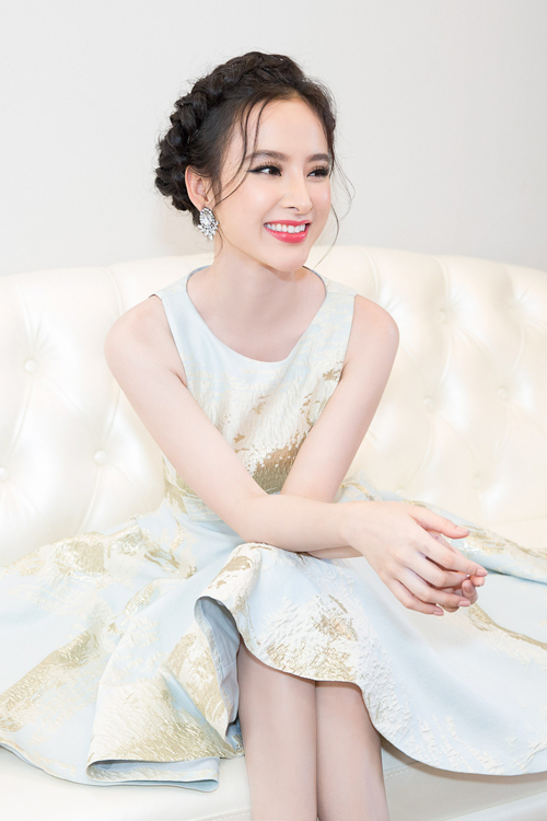 Angela Phương Trinh làm điệu với kiểu tóc tết vương miện