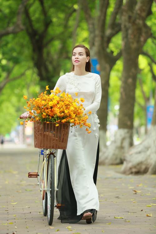 Hồ Ngọc Hà đạp xe dạo phố Hà Nội