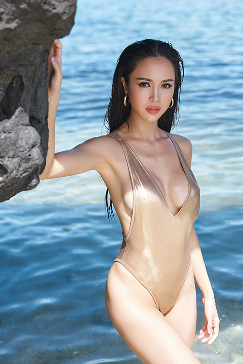 Vũ Ngọc Anh diện bikini một mảnh tôn đường cong