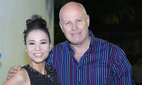 Chồng Thu Minh đưa vợ đi chấm thi giữa tin đồn trốn nợ