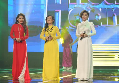Ba giọng ca nữ của chương trình gồm Lệ Ngọc (phải), Ngọc Bảo Anh (trái), Hà Vân thể hiện liên khúc Người ngoài phố - Xin thời gian qua mau.