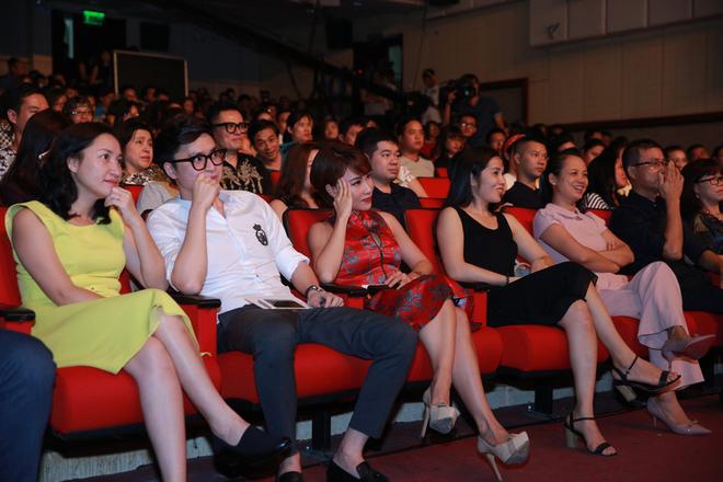 Đinh Mạnh Ninh 'cầu hôn' diễn viên Hàn Quốc trên sân khấu