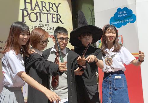 Các fan Việt chào đón phần tám Harry Potter tại nhà sách Fahasa sáng 31/7.