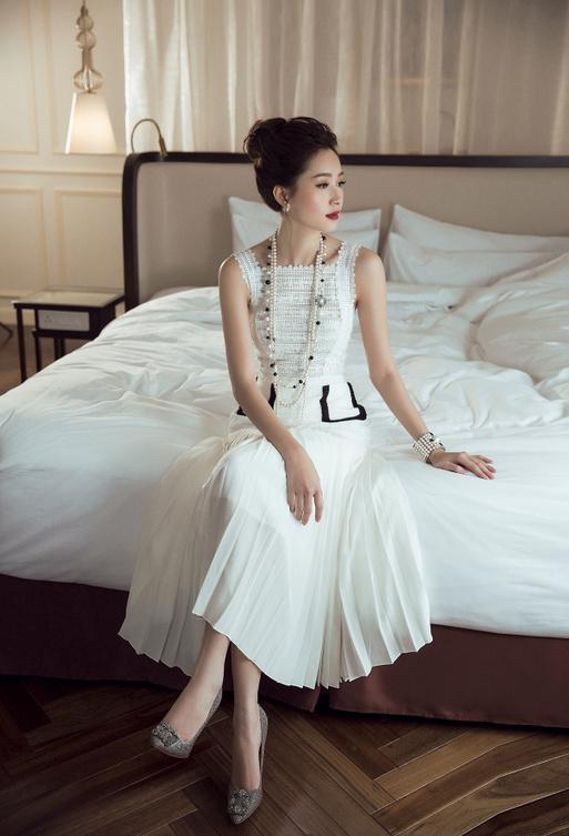 Hoa hậu Thu Thảo khoe vẻ đẹp mong manh