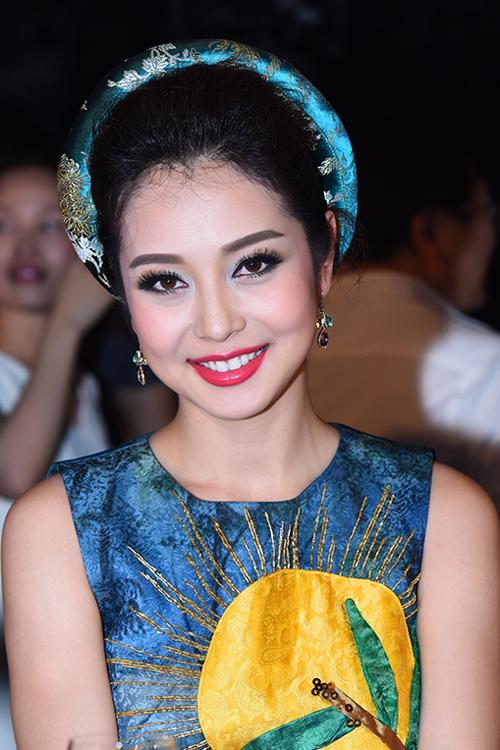 Jennifer Phạm tháo kẹp tóc cài vương miện giúp tân Hoa hậu