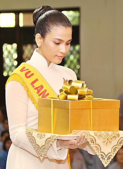 truong-thi-may-cung-100-ban-tre-mac-ao-dai-trang-du-le-vu-lan-1