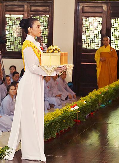 Từ năm lên 8 tuổi, Trương Thị May đã biết ăn chay. Tới năm 13 tuổi cô phát tâm quy y và được sư phụ đặt pháp danh là Tâm Lạc.