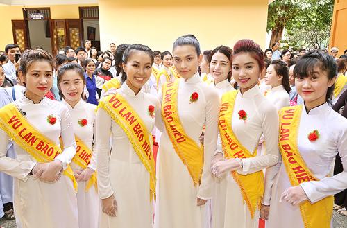 truong-thi-may-cung-100-ban-tre-mac-ao-dai-trang-du-le-vu-lan-6