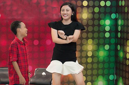 Hồ Văn Cường nô đùa bên Văn Mai Hương - ảnh 4