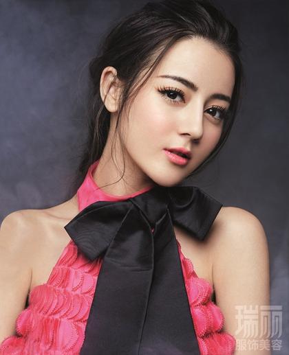 Tiểu hoa đán đến từ Tân Cương là một trong những diễn viên trẻ đầy triển vọng trên màn ảnh nhỏ Hoa ngữ. Địch Lệ Nhiệt Ba sinh ngày 13/6/1992, cô cuốn hút với đôi mắt to, mũi cao và vẻ đẹp có nét lai.