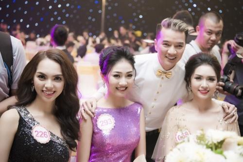 Bùi Nữ Kiều Vỹ (giữa) từng bị bố mẹ ngăn cản thi Hoa hậu vì