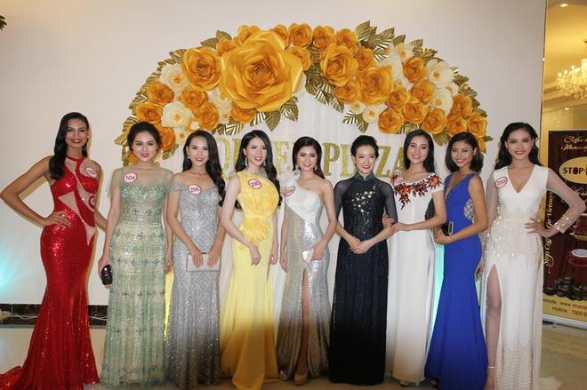 Thí sinh Hoa hậu đọ dáng với đầm dạ tiệc