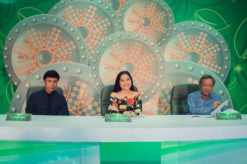 Bộ ba giám khảo Tiếng hát mãi xanh từ trái qua: ca sĩ Tuấn Ngọc, MC Quỳnh Hương, nhạc sĩ Trần Long Ẩn.