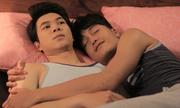 Quang Tuấn ôm ấp bạn diễn nam trong phim