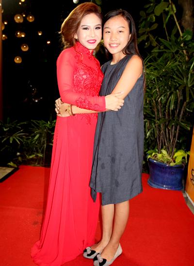 Diễn viên Bình Tinh (trái) bên bé Thiêng Ngân - thí sinh nhỏ nhất ở cuộc thi sao nối ngôi.