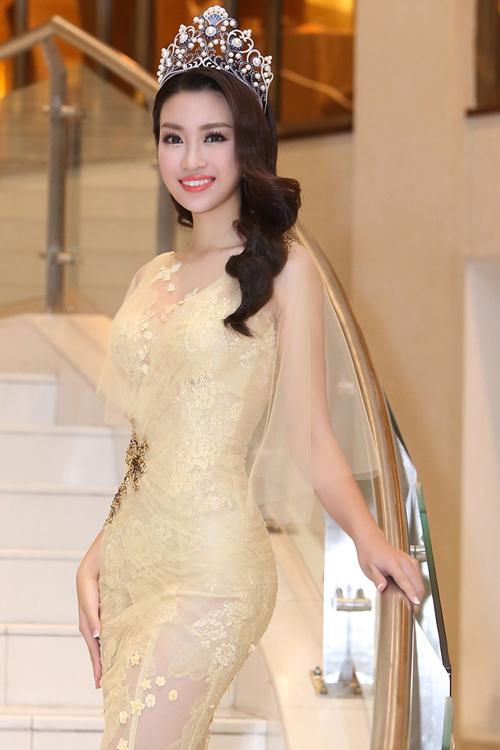 Hoa hậu Mỹ Linh diện váy đuôi cá xuyên thấu
