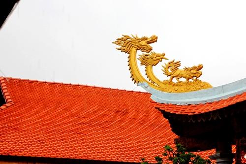 Công trình được lắp ngói gốm với đầu rồng vàng ở bốn góc mái.