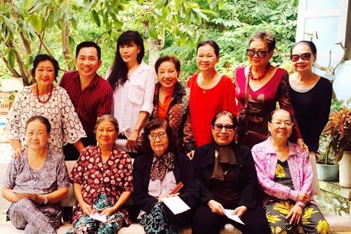 Nghệ sĩ Kim Cương (hàng trên, trái ngoài cùng),