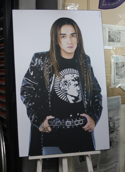 Bức ảnh Minh Thuận thời tóc dài được đặt trước nhà.