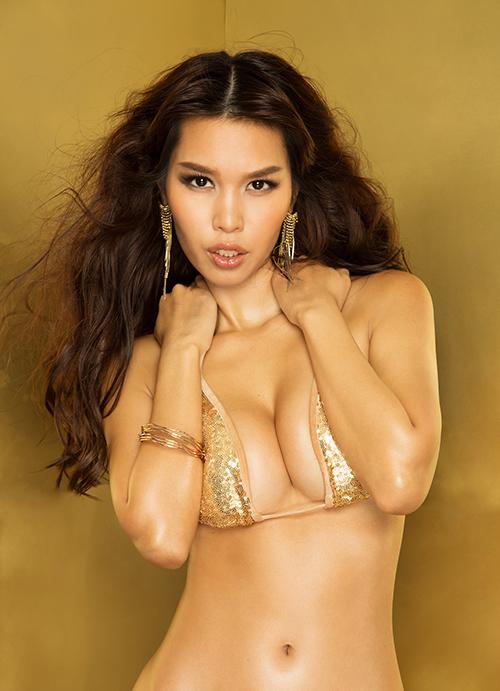 Hà Anh khoe đường cong với bikini