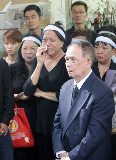 Cụ Luật - người cha 95 tuổi của ca sĩ Minh Thuận - ngồi sau linh cữu con trai suốt từ tối 20/9 đến sáng 21/9 để được ở bên con.