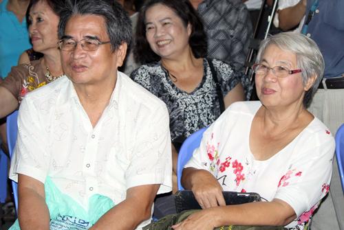 nhà văn Nguyễn Mạnh Tuấn và vợ - nhà báo Hà Phương - dự buổi giao lưu sách của Trần Tiến.