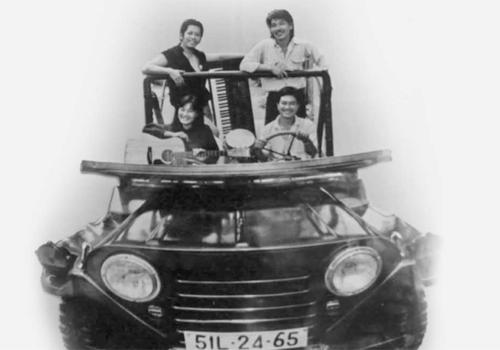 Trần Tiến (hàng đứng, phải) thời du ca.