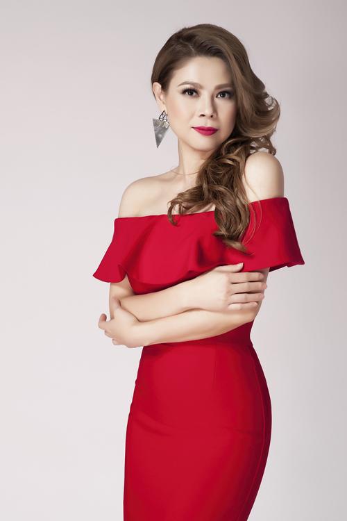 Thanh Thảo khoe vai trần với váy trễ vai